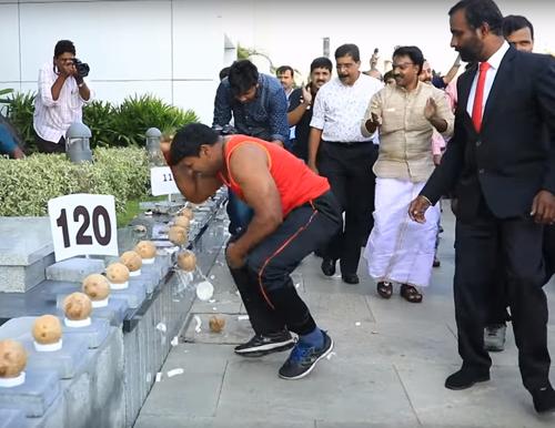 рекорд по разбиванию кокосов