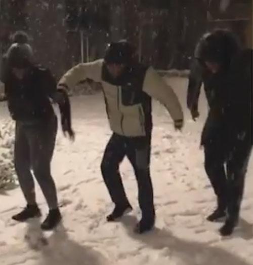 танцевальная репетиция в снегу