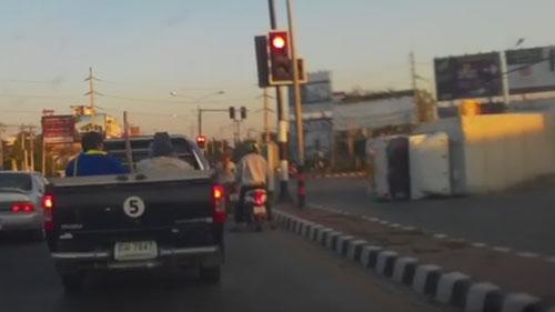грузовик врезался в светофор