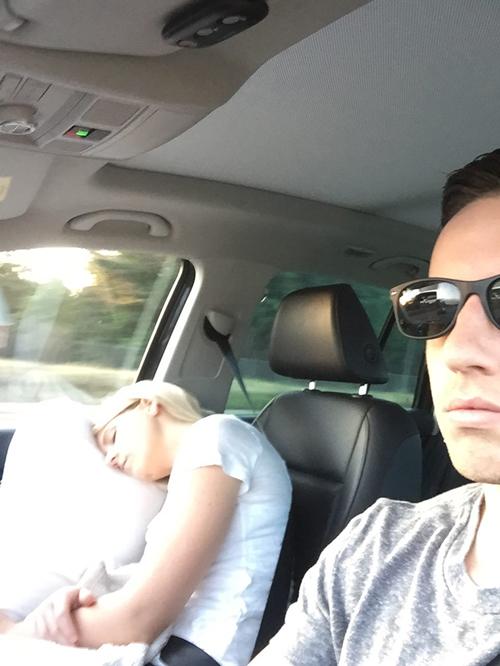 фото спящей в машине жены