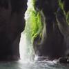 каякер проплыл через водопад