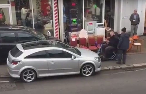 автомобилист перегородил тротуар