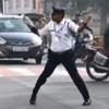 полицейский танцует на перекрёстке