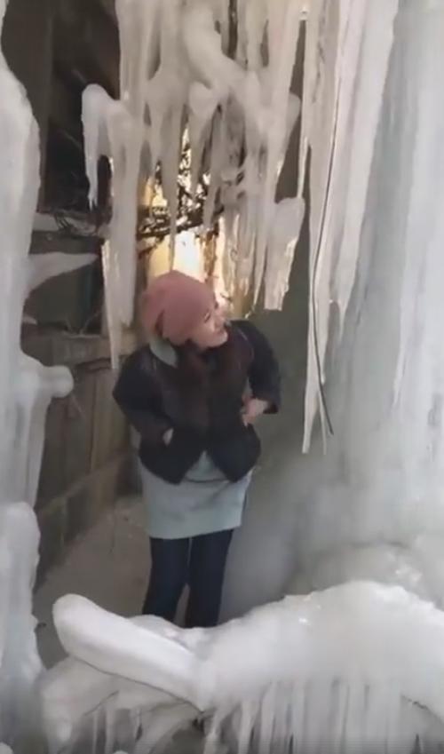 замёрзший водопад на здании