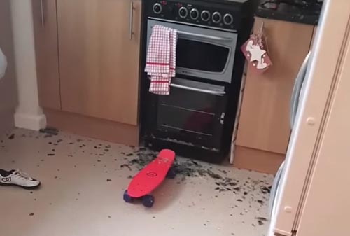 катание на скейтборде в кухне
