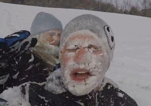 брат с сестрой наелись снега