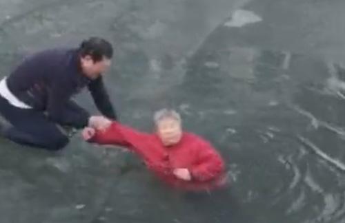 женщину спасли из реки