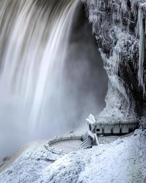 водопад стал сказочной декорацией