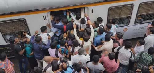 пассажиры штурмуют поезд