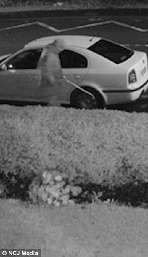 незнакомец тростью протыкает шины