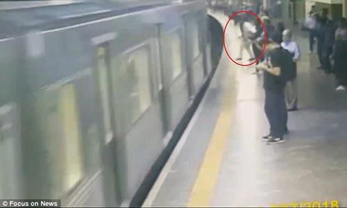 женщина чудом выжила под поездом