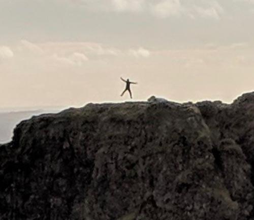 прыгающий весельчак на фото
