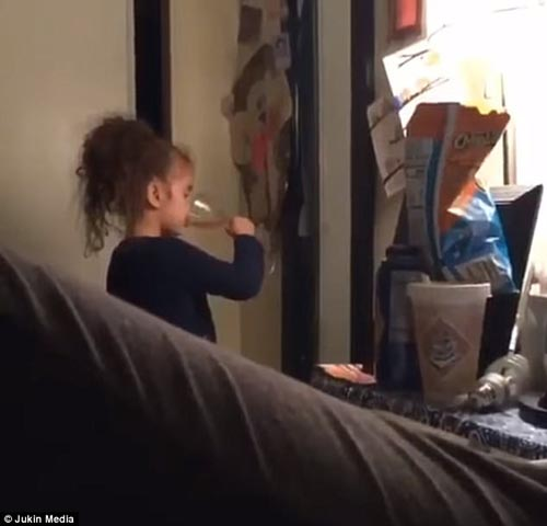 девочка чокается с отражением