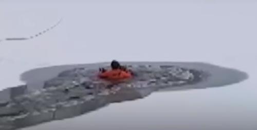 мальчика спасли из ледяной воды