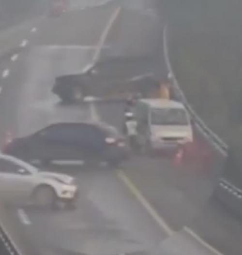 полицейский увернулся от машины
