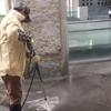 уборщик занимается каллиграфией