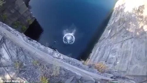 смельчак прыгнул со скалы