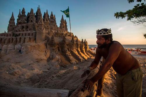 жизнь в песчаном замке на пляже