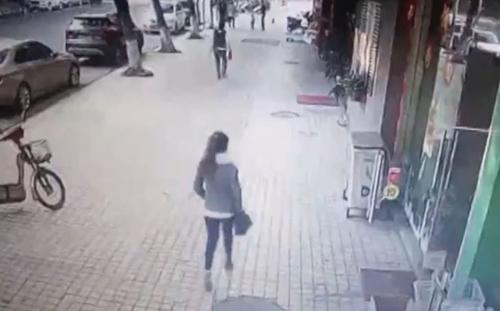 вывеска упала на женщину