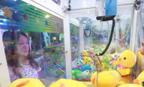 везучая женщина выигрывает игрушки