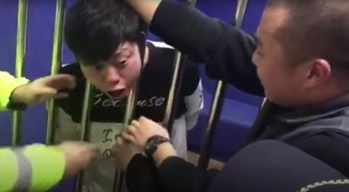 мужчина застрял в решётке