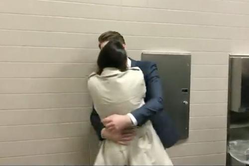 влюблённые поженились в туалете