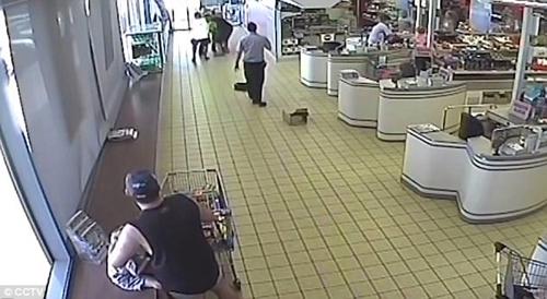 покупатели дали отпор грабителю