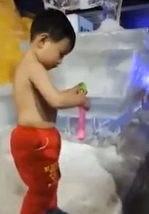 мальчик не мёрзнет на морозе