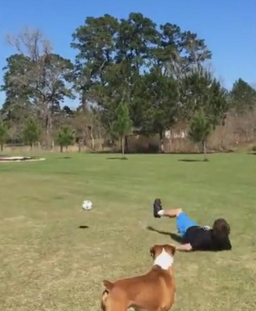 мяч сбил подростка с ног