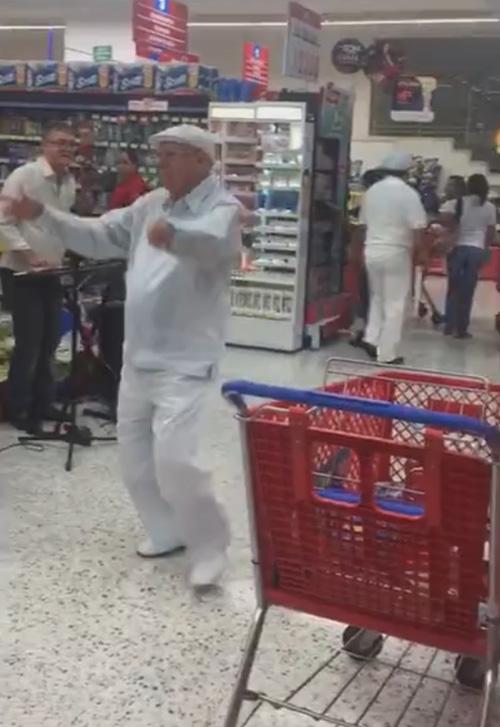 пожилой танцующий весельчак