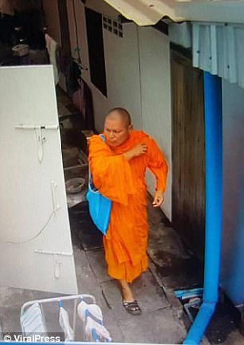 монах похитил женское бельё