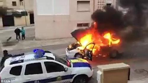 горящий автомобиль укатился