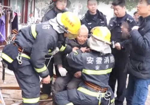 старик упал с балкона и выжил