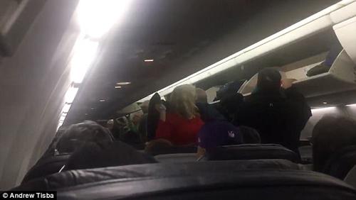 голый пассажир заперся в туалете