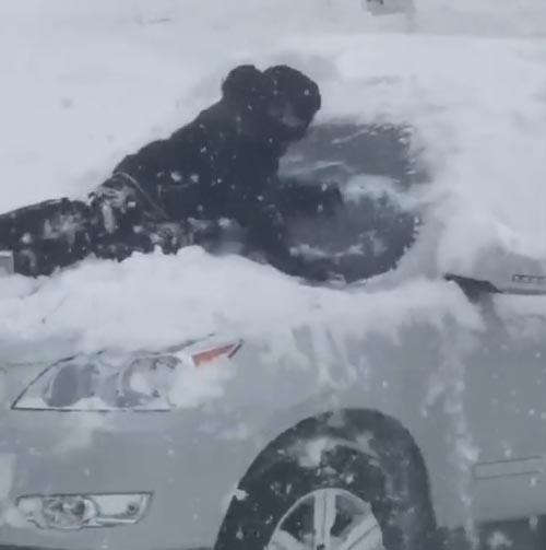 мальчик чистит машину