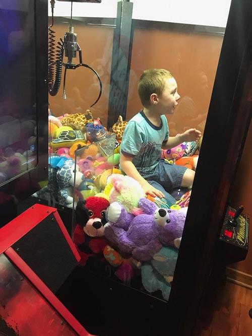 мальчик в игровом автомате