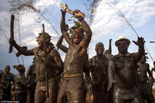 люди валяются в грязи на фестивале