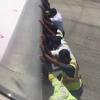 самолёт толкают вручную