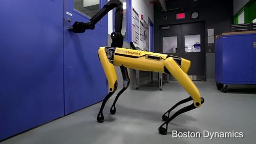 робот-собака открывает двери