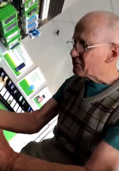 дедушка с мобильным телефоном