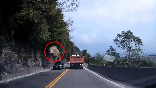 камень упал со скалы
