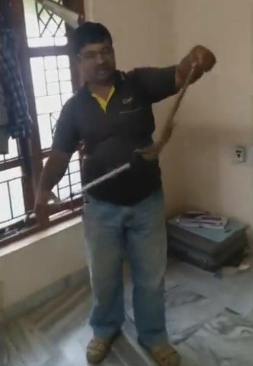 змея на вешалке среди одежды
