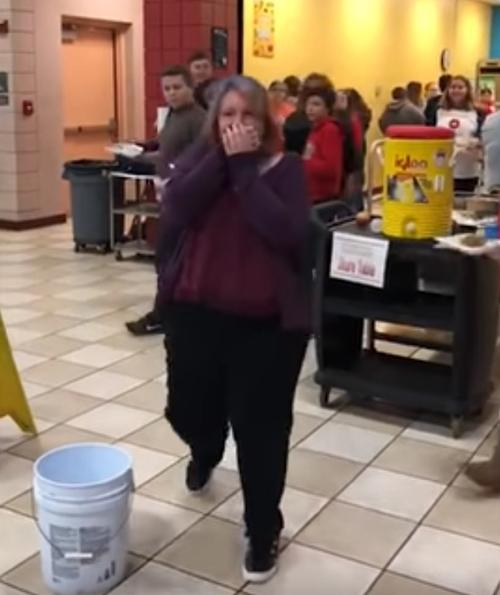 друг семьи утешил школьницу