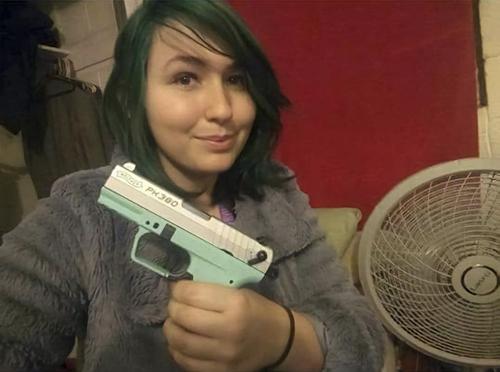 агрессивная женщина с пистолетом