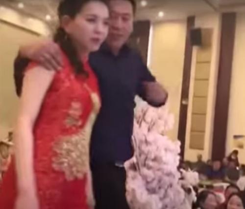 отец жениха поцеловал невесту