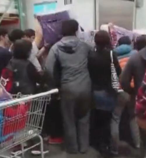 люди скупают туалетную бумагу