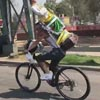 велосипедист со статуей святого