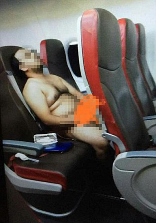 пассажир расслабился в самолёте