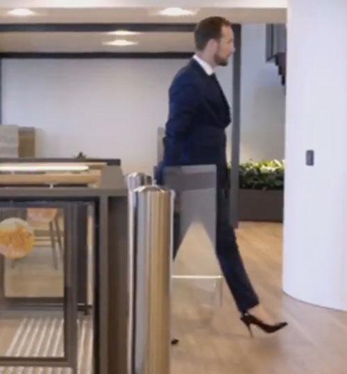 мужчина носит обувь на каблуках