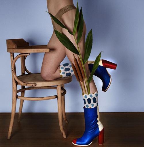 реклама обуви с полуголой моделью